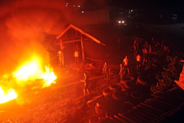 Nhiều người dân hoảng loạn chạy ra khỏi nhà lánh nạn. Lực lượng chức năng nhanh chóng có mặt tại hiện trường để phối hợp dập lửa.