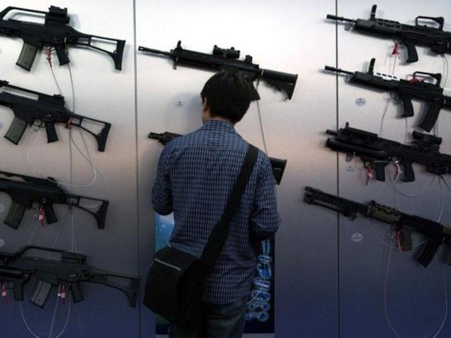 Vũ khí được trưng bày tại triển lãm vũ khí DSEI ở Anh (Ảnh minh họa Rex Features)