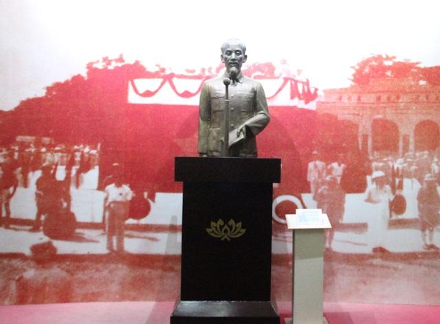 Chủ tịch Hồ Chí Minh đọc Tuyên ngôn độc lập tại Quảng Trường, Ba Đình - Hà Nội, tuyên bố thành lập nước Việt Nam Dân chủ Cộng hòa ngày 2/9/1945.