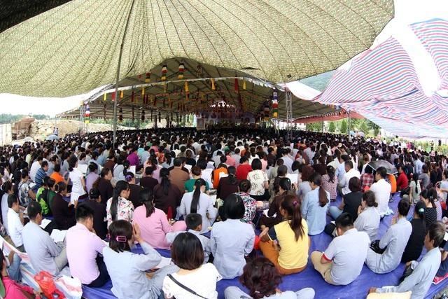Hàng ngàn người cùng trang nghiêm cầu nguyện.