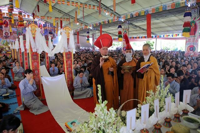 Chư ni Tây Thiên cử hành khóa lễ cầu siêu theo nghi thức Phật giáo Đại thừa - Kim Cương thừa.