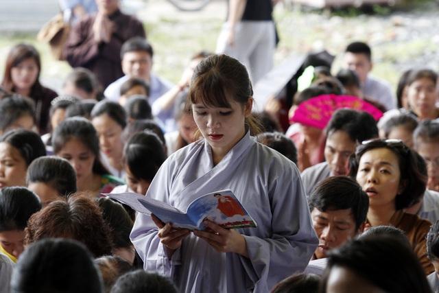 Phật tử thành tâm đọc kinh sám hối, cầu siêu cho thai nhi.