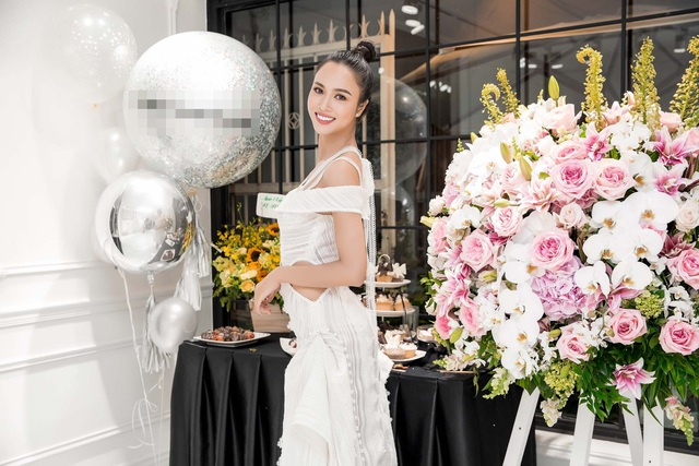 Vũ Ngọc Anh được mệnh danh là một trong những mỹ nhân gợi cảm nhất showbiz Việt. Cô thường xuyên diện những chiếc đầm cắt xẻ táo bạo khoe trọn vóc dáng.