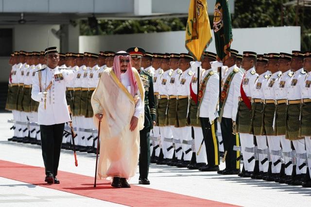 Vua Ả rập Xê út Salman Abdulaziz Al Saud trong nghi thức đón tiếp tại Kuala Lumpur hôm 26/2. (Ảnh: Getty)