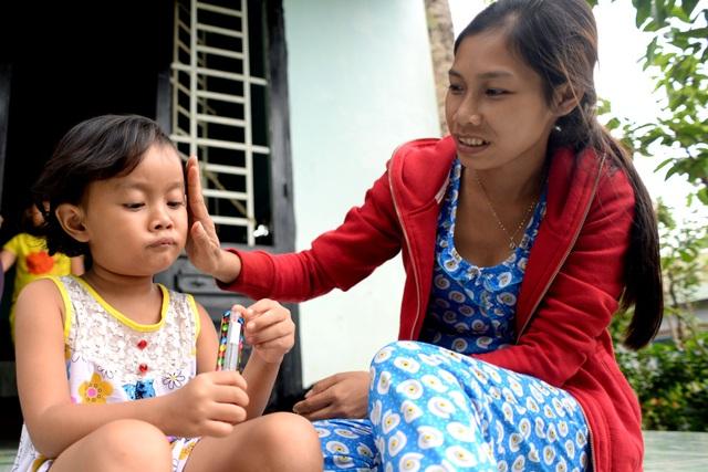 Chị Trang và người con nuôi trao nhầm ở bệnh viện. Ảnh: Phạm Nguyễn