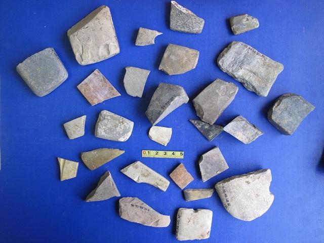 Các hiện vật tìm thấy ở di chỉ khảo cổ Vườn Chuối trong các đợt khai quật. Ảnh: PGS.TS Nguyễn Văn Huy.