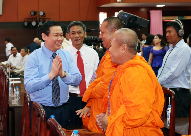 Phó Thủ tướng Vương Đình Huệ cùng các tăng sư, đồng bào Khmer đón Tết Chol Thnam Chmay