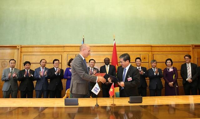 Phó Thủ tướng Vương Đình Huệ chứng kiến Lễ ký 3 thỏa thuận hợp tác giữa Bộ Tài chính Việt Nam với một số tổ chức quốc tế tại Giơ-ne-vơ.