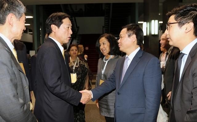 Phó Thủ tướng Vương Đình Huệ chào đón lãnh đạo các tập đoàn công nghiệp, công nghệ thông tin, tài chính đa quốc gia hàng đầu châu Á.