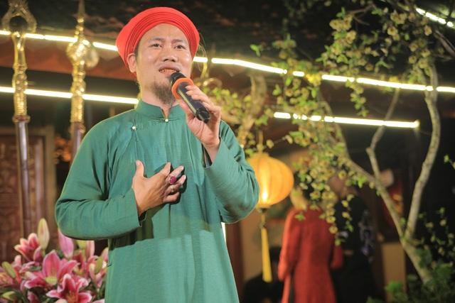 Nghệ sỹ hài Vượng râu mặc áo dài khăn đóng hát bolero.