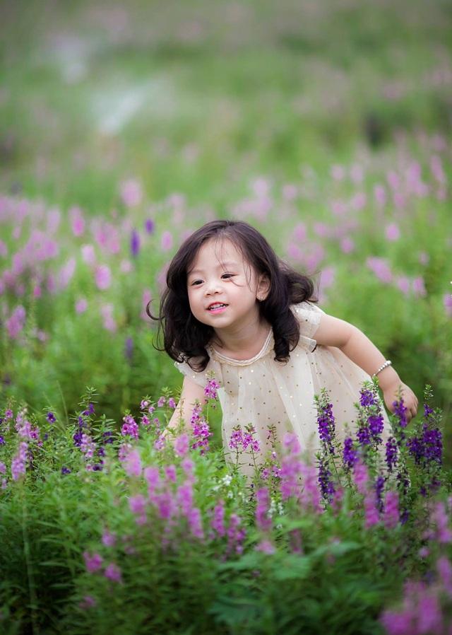 ... được nhiều gia đình, em nhỏ tới chụp ảnh, vui chơi, vãn cảnh bên Long Biên - Gia Lâm. (ảnh: James Quang)