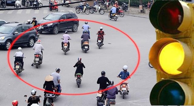 Rất nhiều người tham gia giao thông vô tư vượt đèn vàng (Ảnh: Báo Giao thông)