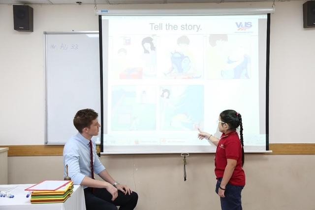 Sau khi kết thúc phần đánh vần, các thí sinh xuất sắc sẽ thi nói. Với những bức tranh được cho sẵn, các em có từ 2-3 phút để suy nghĩ về nội dung, lựa chọn từ vựng và ngữ pháp đã được học để mô tả câu chuyện với thầy cô. Những phần kể chuyện trôi chảy, ứng dụng nhiều kiến thức sẽ chinh phục được ban giám khảo.