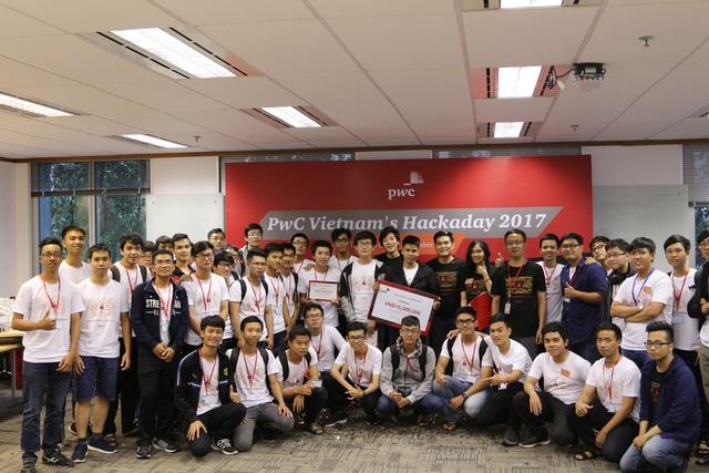 Các đội thi tại TP. Hồ Chí Minh chụp ảnh lưu niệm.