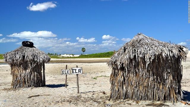 Nhà vệ sinh độc đáo nằm trên bãi biển đẹp nhất thế giới - Jericoacoara ở Brazil. Không mang dáng dấp một công trình hiện đại, nhà vệ sinh này cho du khách cảm giác gần gũi với thiên nhiên khi chất liệu làm từ lá dừa.