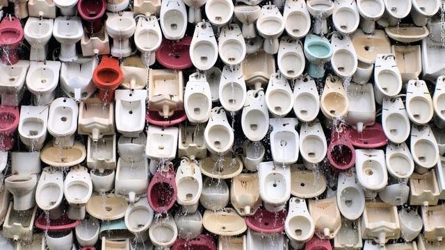 Đài phun nước độc lạ được hình thành từ 10.000 bồn cầu mang đủ màu sắc. Đây là tác phẩm của nghệ sỹ Shu Yong, đặt tại thành phố Phật Sơn, Trung Quốc.