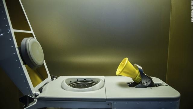 Còn đây là nhà vệ sinh thiết kế đặc biệt phục vụ riêng cho môi trường không trọng lực. Lối thiết kế riêng biệt phục vụ cho nhu cầu các phi hành gia ngoài vũ trụ nhờ hệ thống hút.