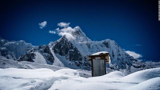 Có lẽ đây là một trong những nhà vệ sinh nằm ở độ cao nhất thế giới. Nó thuộc công viên quốc gia Sagarmatha ở Nepal với độ cao 6812m so với mực nước biển.