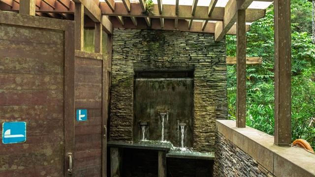 Nhà vệ sinh được thiết kế thân thiện với môi trường, có lớp kính trong suốt bao phủ bên ngoài, nằm trong khuôn viên vườn quốc gia Taroko ở Đài Loan.