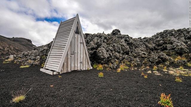 Nhà vệ sinh bằng gỗ hình tam giác thuộc khu bảo tồn thiên nhiên Fjallaback, Iceland.