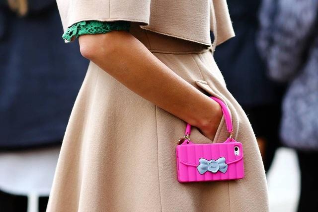 Ốp lưng kiêm túi xách mini chắc hẳn sẽ khiến các chị em thích mê vì dáng vẻ nhỏ gọn, thời trang của nó.