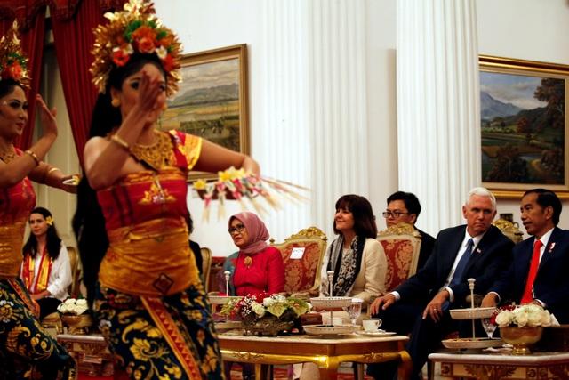Tổng thống Widodo mời Phó Tổng thống Pence và gia đình cùng xem một tiết mục múa truyền thống của Indonesia tại dinh tổng thống.