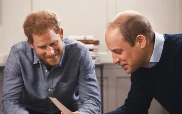 Hoàng tử William (phải) và Hoàng tử Harry trong bộ phim tài liệu về Công nương Diana (Ảnh: Telegraph)