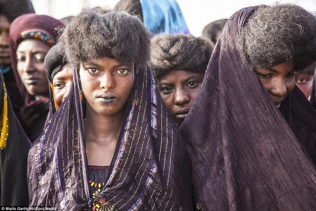 Những cô gái trẻ chưa chồng ở bộ tộc có thể thoải mái quan hệ với ai mà không sợ ràng buộc gì