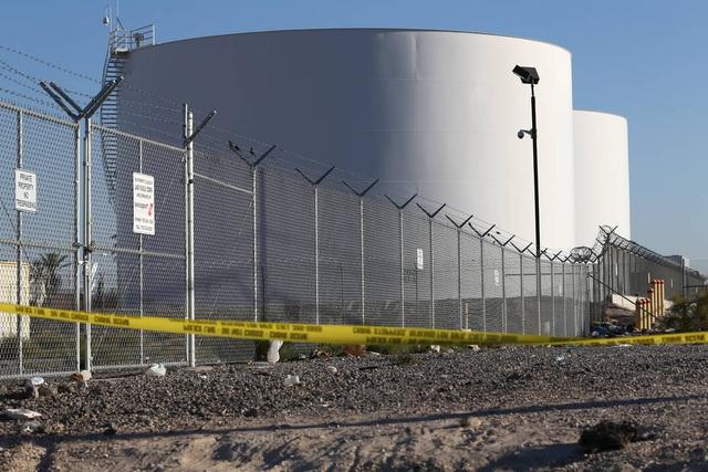 Bồn chứa nhiên liệu ở sân bay McCarran trúng đạn của kẻ thảm sát Las Vegas đêm 1/10. (Ảnh: AFP)