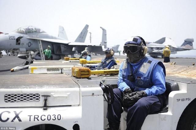 Những thủy thủ mặc màu xanh dương là cấp dưới của những người mặc đồ màu vàng. Họ nhận nhiệm vụ lái xe nâng thang máy, xe khéo.