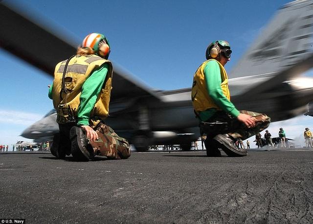 . Những người mặc màu xanh lá cây nhận nhiệm vụ khó khăn và nguy hiểm nhất trên boong khi họ đóng vai trò phụ trách kỹ thuật hệ thống phóng, bộ móc cáp…