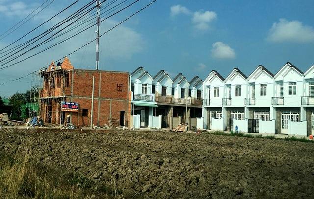 Phó Chủ tịch UBND huyện Cần Giuộc Nguyễn Anh Đức khẳng định không ém hồ sơ sai phạm và sẽ tiếp tục cho thanh kiểm tra công tác xây dựng, sử dụng đất trên địa bàn xã Long Thượng, sai phạm đến đâu, xử lý đến đó.