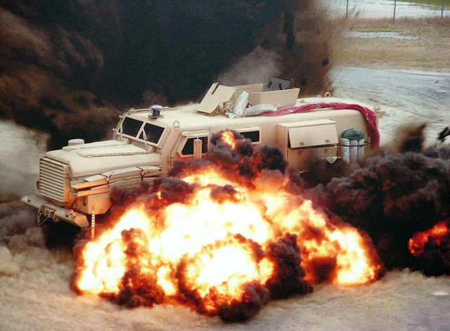 Một chiếc MRAP được thử nghiệm tại bãi mìn (Ảnh: Wikipedia)