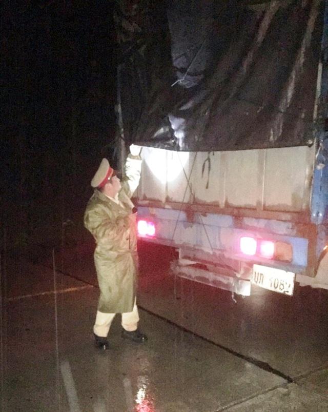Xe tải biển số Lào chở 11 bao đạn chì không rõ nguồn gốc - 1