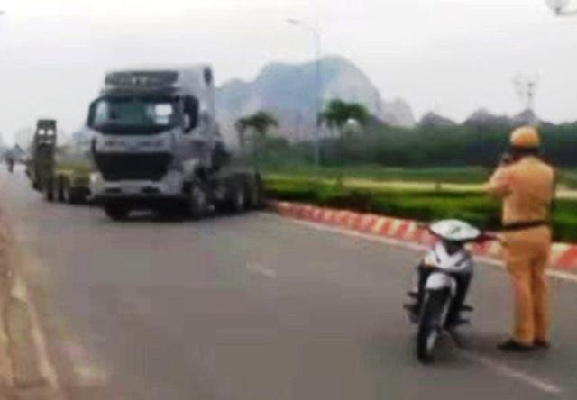 Chiếc xe lạng lách, đánh võng trên đường phố