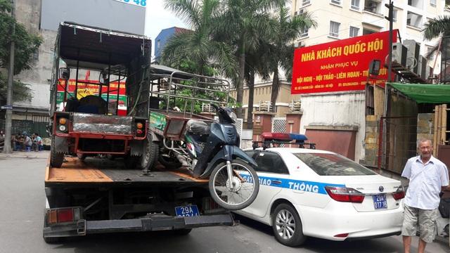 Chỉ trong buổi sáng 9/6, một tổ công tác Đội CSGT làm nhiệm vụ tại ngã ba Hoàng Cầu - Ô Chợ Dừa đã xử lý, thu giữ 12 xe ba bánh tự chế.