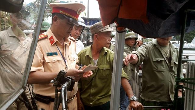 Nhiều trường hợp khi bị kiểm tra đã gọi điện thoại cho một số người đến gây sức ép cho lực lượng CSGT làm nhiệm vụ.