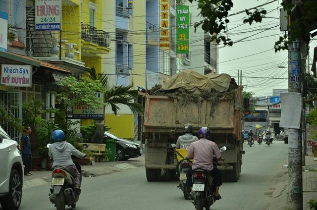 Một chiếc xe ben chở bùn đất chạy vào tuyến đường số 9 trong khu dân cư thuộc phường 4, quận 8 ngay giữa ban ngày