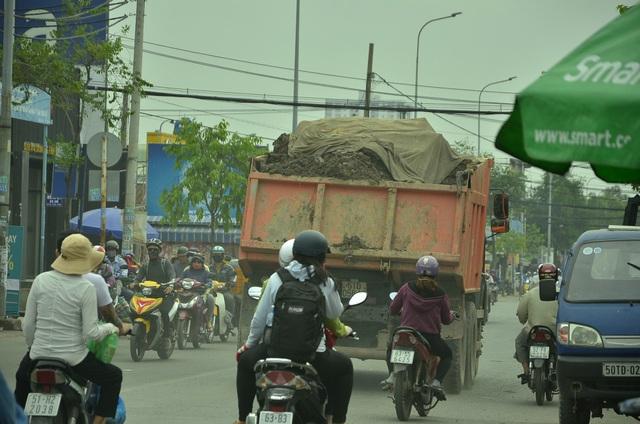 Những chiếc xe ben chở đầy bùn đất lưu thông giữa ban ngày tại các tuyến đường trong khu dân cư ở quận 8