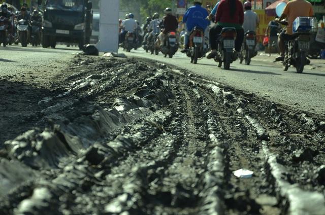 Bùn đất từ xe ben rơi vãi xuống đường Phạm Hùng khiến người dân lãnh đủ