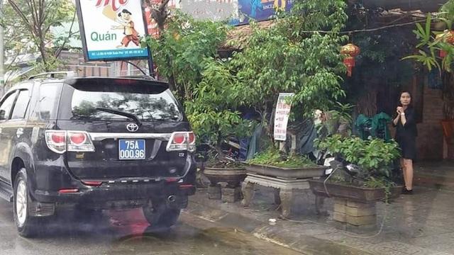 Chiếc xe biển xanh đậu nhiều giờ trước quán nhậu Q.M. trong giờ hành chính.