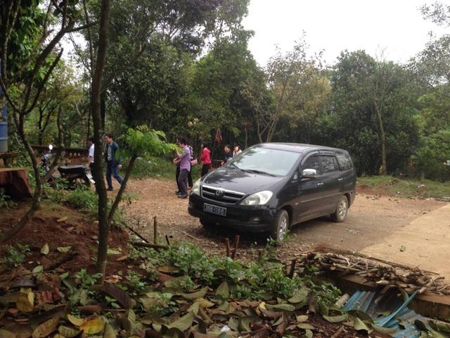 Chiếc xe công cùng đoàn cán bộ Phòng Tài chính huyện Thạch Thành có mặt tại đền Am Tiên sáng ngày 13/4