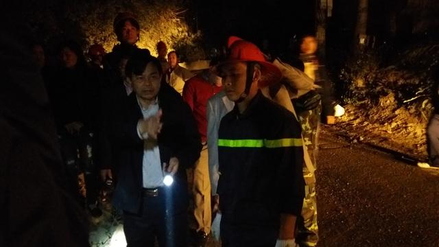 Bí thư Thành ủy Trần Đức Lâm trực tiếp đến hiện trường chỉ đạo công tác cứu hộ (Ảnh: An Nhiên)