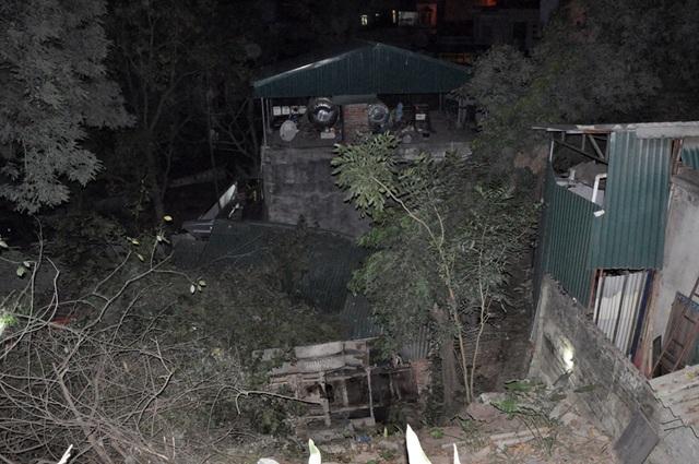 Chiếc xe lao xuống từ độ cao 10 m làm sập một nhà dân (Ảnh: CTV)