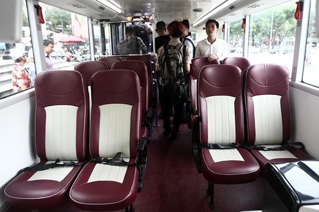 Hàng ghế ở tầng một được bọc da công nghiệp hai màu, có dây đai an toàn cùng các vị trí đứng.