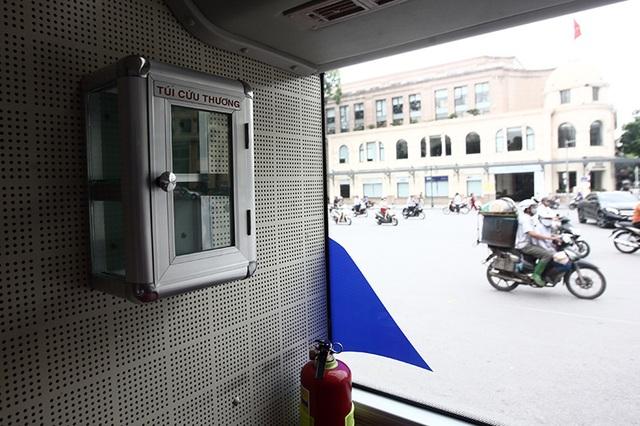 Thùng đựng đồ cứu thương có sẵn trên xe, tuy nhiên kính ở trên thùng này chưa phải là loại cường lực, chỉ tương đương với loại dùng gia đình nên cần tính toán lại cho phù hợp với sự an toàn.