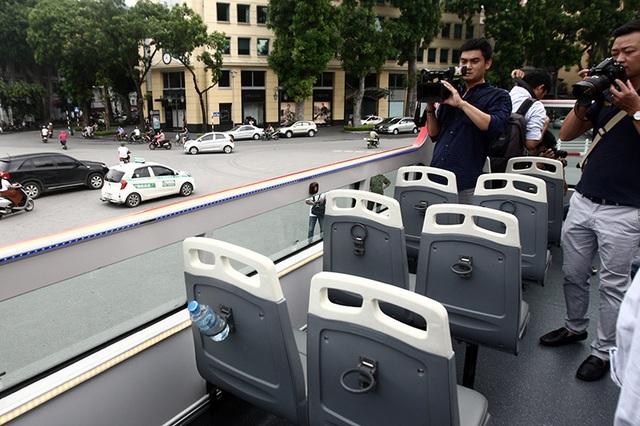 Những chiếc ghế trên tầng hai của chiếc xe bus mui trần được làm từ vật liệu nhựa, có tựa lưng và nệm ghế bằng vật liệu chịu nắng/mưa. Hiện các hàng ghế này chưa có dây an toàn.