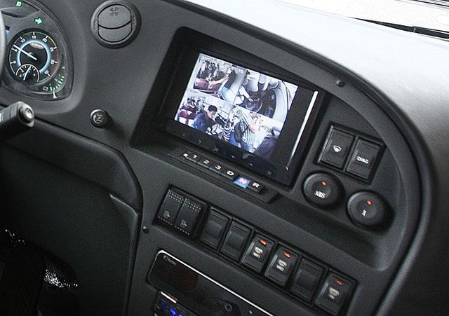 Chiếc xe sử dụng hộp số tự động 4 cấp dạng nút bấm khá quen thuộc với những lái xe kỳ cựu đã từng kinh qua mẫu bus Karosa của Tiệp Khắc chạy ở thủ đô cuối những năm 1990, đầu năm 2000.