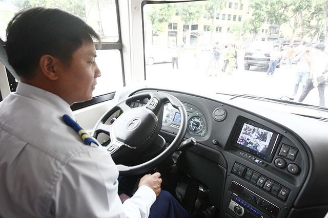 Chiếc xe bus hai tầng mui trần được hỗ trợ 4 camera quan sát ở khoang lái, khoang hành khách tầng 1, cầu thang lên tầng hai và tại tầng 2. Ngoài ra chiếc xe cũng được trang bị hệ thống chống bó cứng phanh ABS, tính năng sấy kính trước...