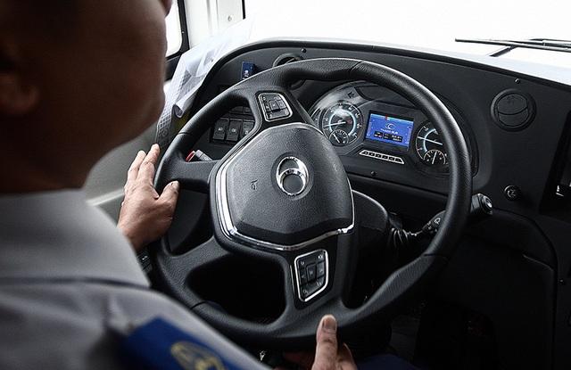 Tay lái bọc nhựa và được tích hợp hệ thống kết nối điện thoại, hệ thống điều khiển âm thanh.